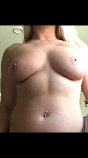 Auria escort girl in Akron